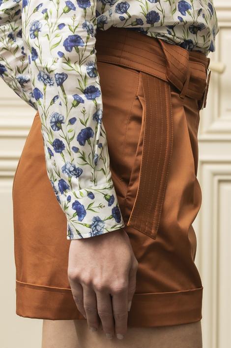 mannequin portant un short marron pour femme