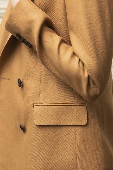 mannequin portant une veste marron double boutonnage pour femme