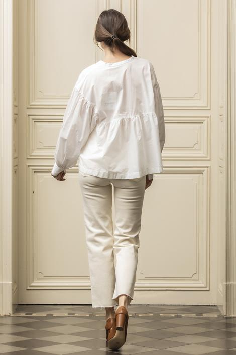mannequin portant une blouse blanche oversize pour femme
