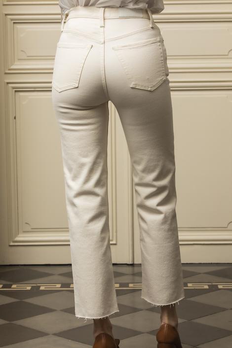 mannequin portant un denim blanc pour femme