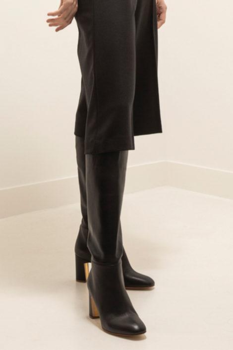 mannequin portant des bottes en cuir noir