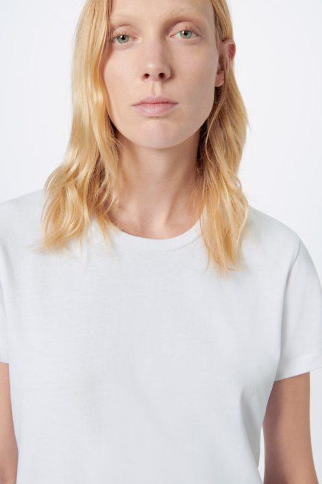 Mannequin portant un top blanc pour femme