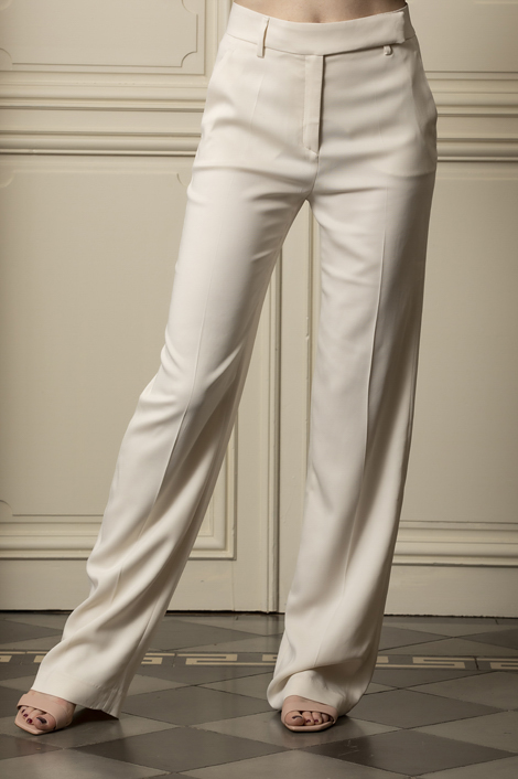 Mannequin portant un pantalon droit et blanc pour femme