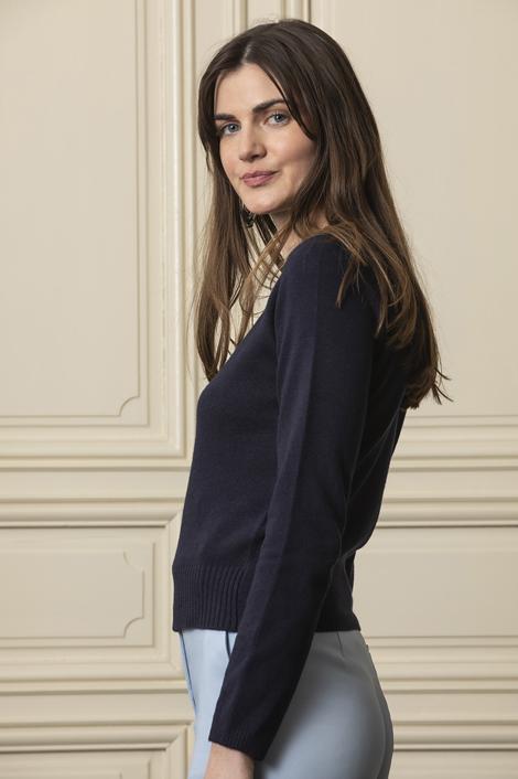 mannequin portant le pull bleu marine pour femme