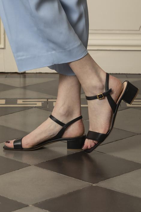 mannequin portant des sandales noires