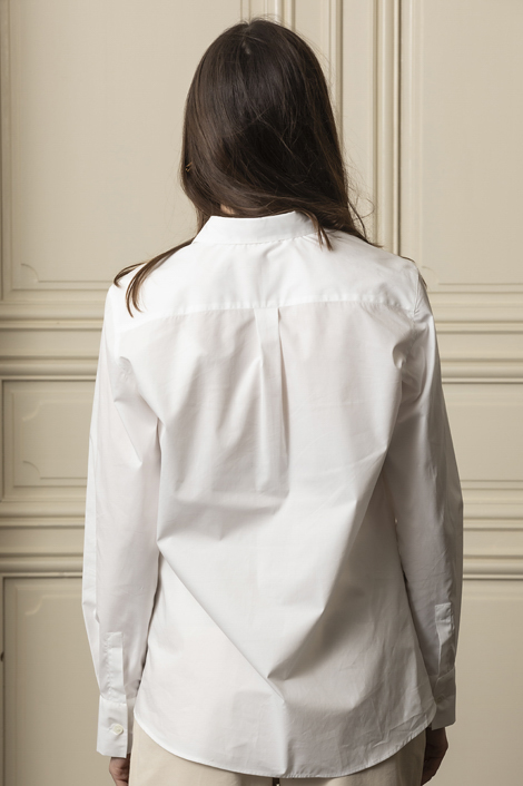 mannequin portant une chemise blanche