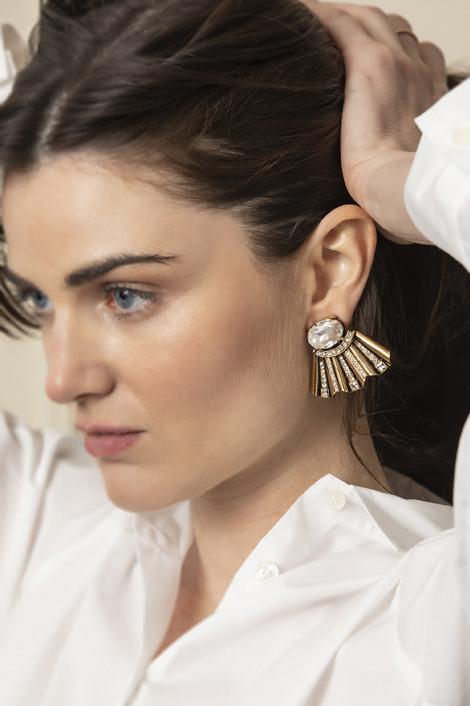 mannequin posant pour des boucles d'oreilles