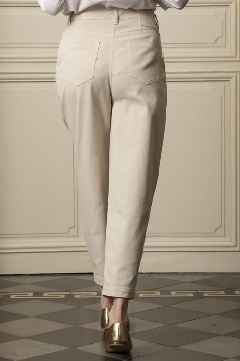 mannequin portant un pantalon droit beige pour femme