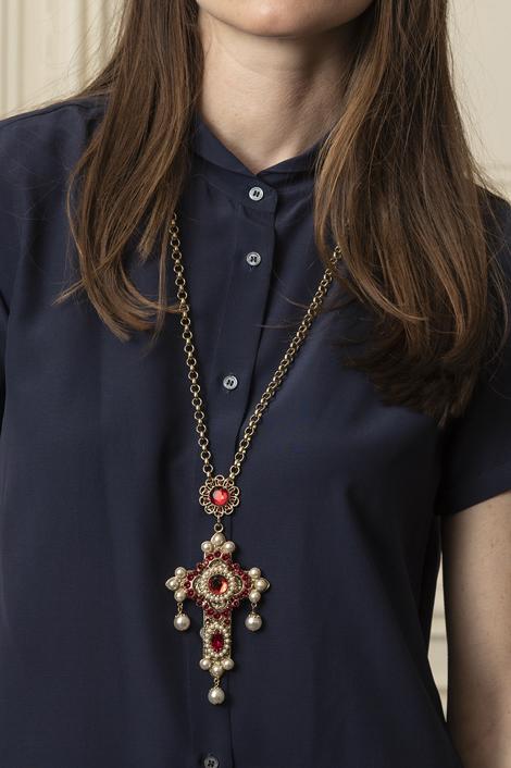 Mannequin portant un collier en forme de croix