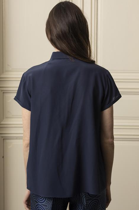 Mannequin posant pour shooting photo portant un top bleu marine en soie