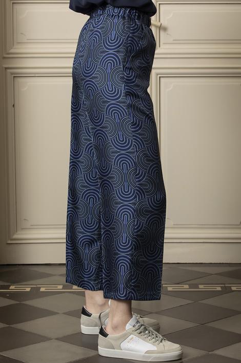 mannequin portant un pantalon en soie bleu marine pour femme