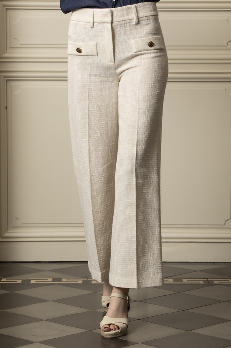 mannequin portant un pantalon en tweed blanc