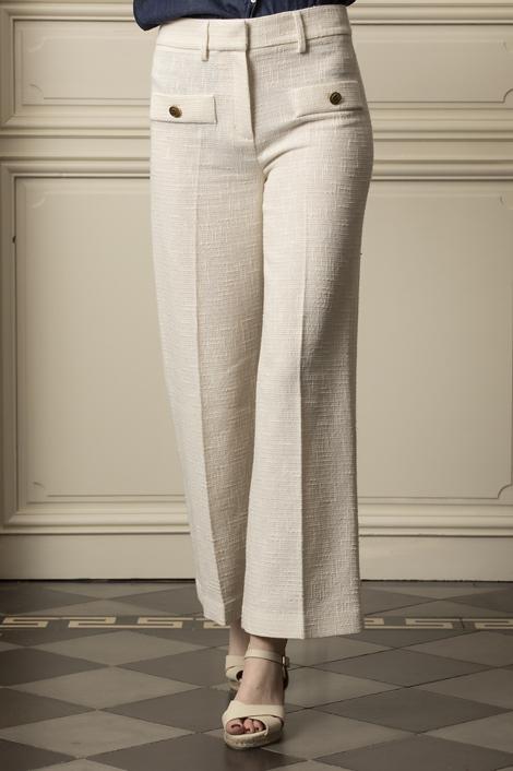 mannequin portant un pantalon en tweed blanc