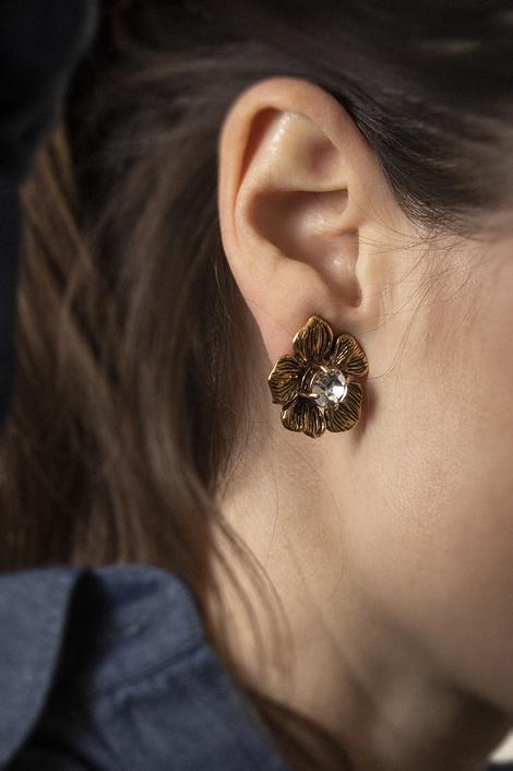 mannequin portant des boucles d'oreille pour femme en forme de léopard