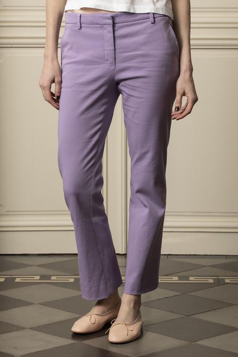 mannequin portant un pantalon violet pour femme