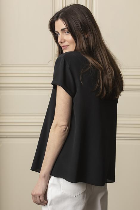 Mannequin portant un top noir en soie pour femme