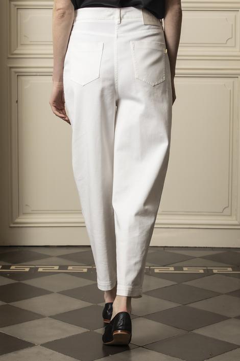 mannequin portant un pantalon droit blanc pour femme