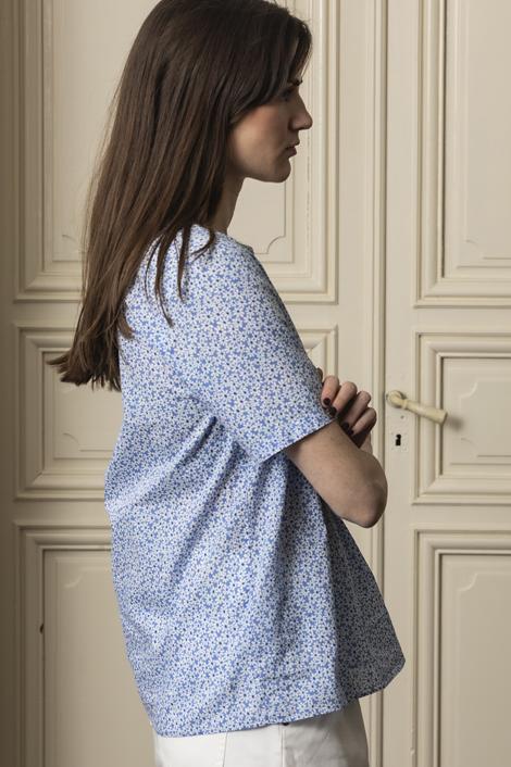 mannequin portant un top imprimé pour femme