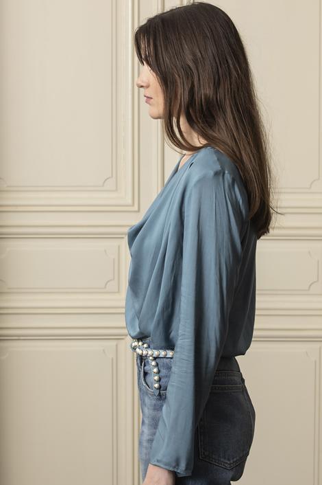 Mannequin portant un top ample bleu lavé pour femme