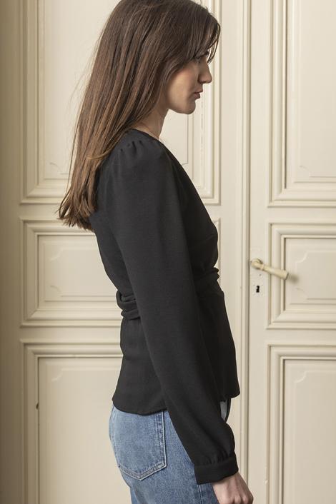 Mannequin portant le cache-coeur léa noir pour femme