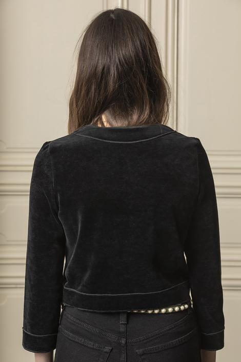 Mannequin qui porte une veste en éponge noire pour femme