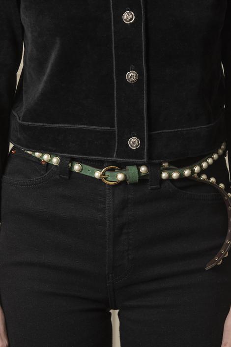 mannequin pourtant une ceinture en cuir vert à perle