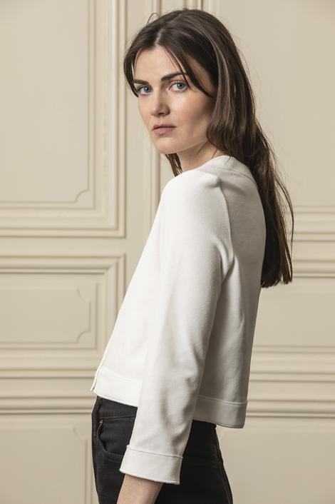 mannequin portant une veste courte noir en éponge pour femme