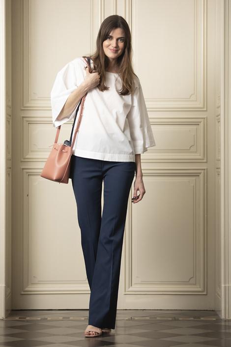 mannequin portant une blouse blanche pour femme 100% coton