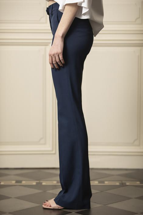 Mannequin portant un pantalon bleu marine pour femme