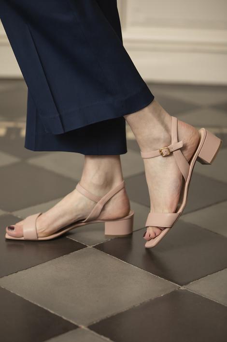 mannequin portant des sandales roses