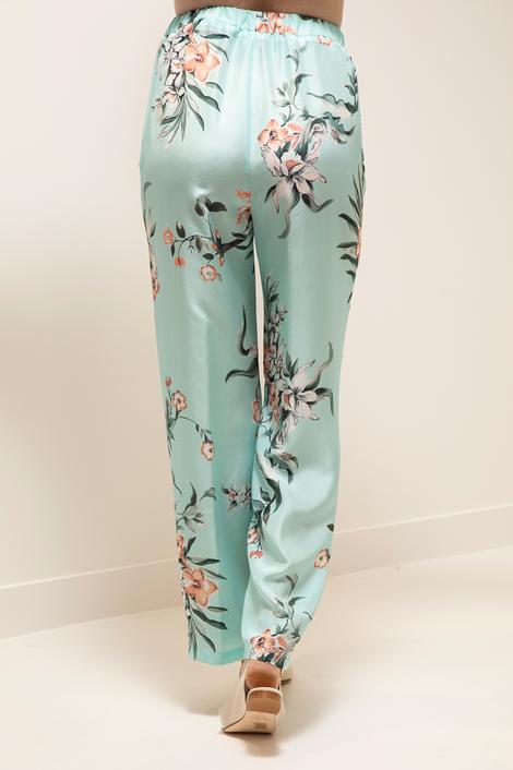 Mannequin portant un pantalon bleu ample pour femme