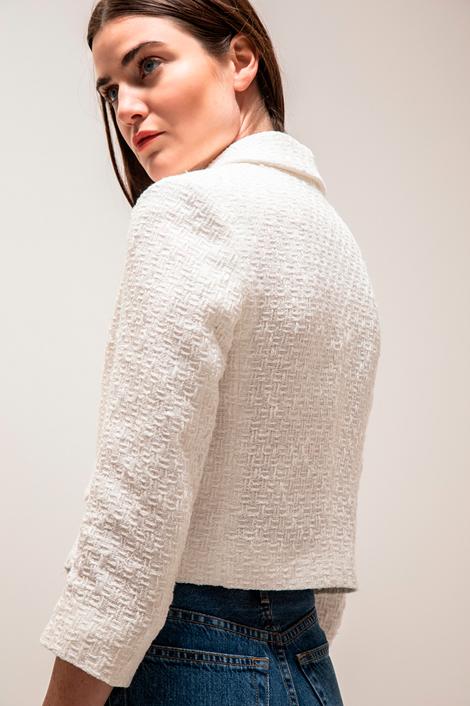mannequin portant une veste courte blanche pour femme