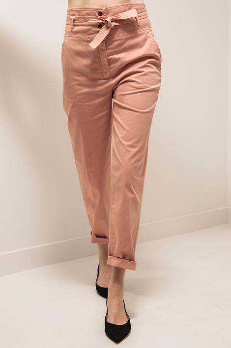 mannequin portant un pantalon saumon pour femme