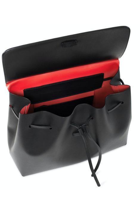 Sac noir en cuir tanné. Fabriqué en ItalieMannequin portant le sac en cuir noir tanné végétal de Mansur Gavriel