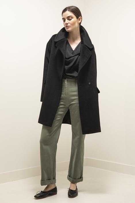 Mannequin portant le manteau noir signé tagliatore