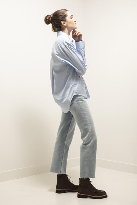Mannequin portant la chemine bleu ciel pour femme