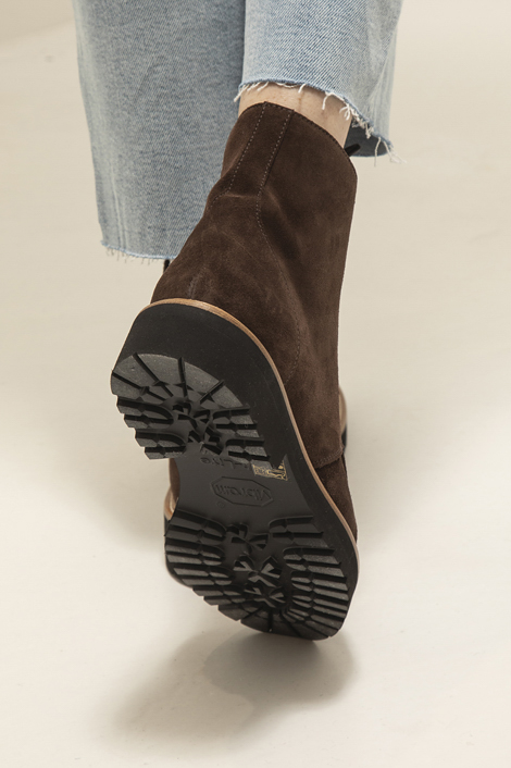 mannequin portant les vesper boots signé ruper sanderson en cuir de veau marron pour femme