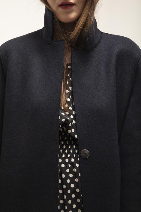 mannequin portant un manteau over en laine pour femme bleu marine