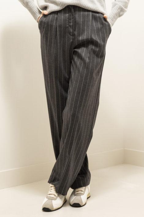 Femme portant un pantalon droit gris