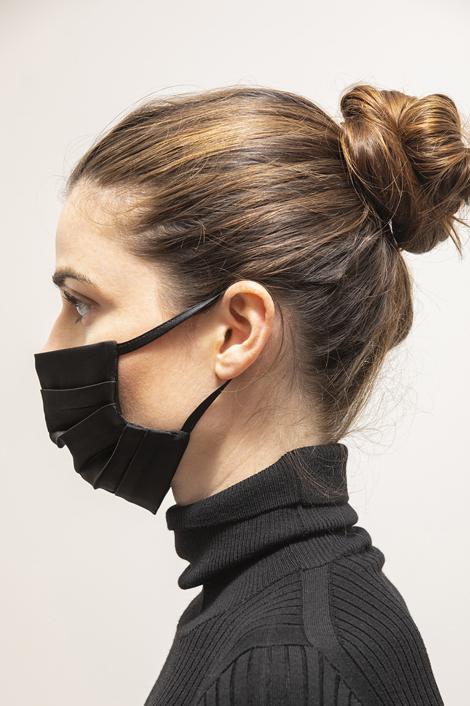 mannequin portant le masque anti virus en sois